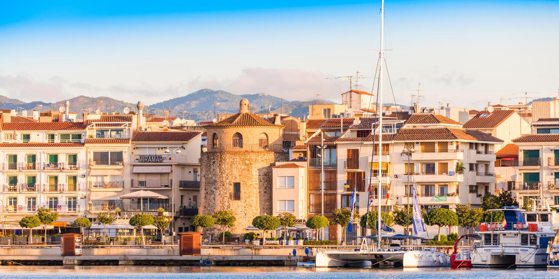 CAMBRILS SPANIEN - SEPTEMBER 16, 2017: Sikt av riaen de Cambrils - Torre del Port för port- och för museu D `-Hist ` Kopiera utry royaltyfri bild
