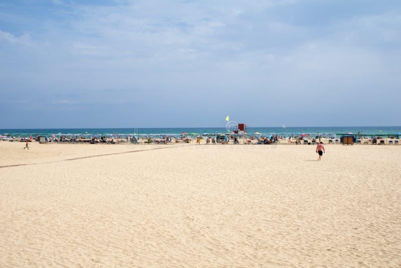CAMBRILS, SPANJE - 27 AUGUSTUS, 2017: Zandig strand op Costa Daurada in de provincie van Tarragona, Catalonië stock afbeelding