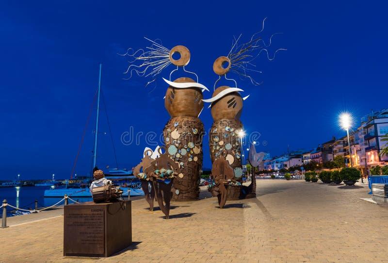 CAMBRILS, SPANJE - SEPTEMBER 16, 2017: Mening van de dijk van de stad en het moderne beeldhouwwerk ` de Meerminnen ` stock afbeelding