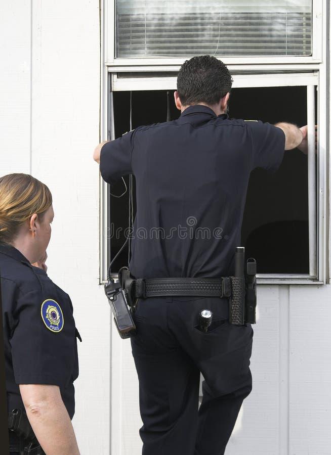 Cambriolage vérifiant de police image stock