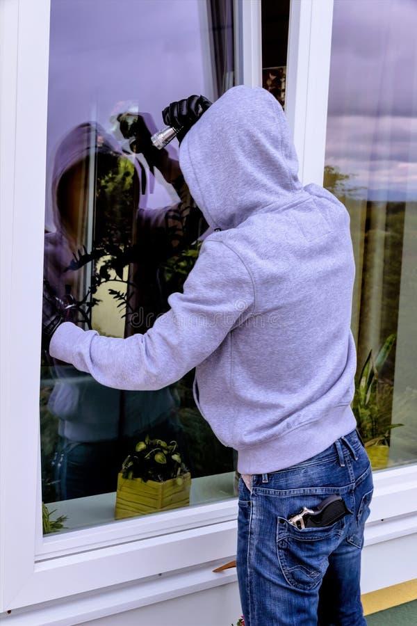 Cambrioleur à une fenêtre photo libre de droits