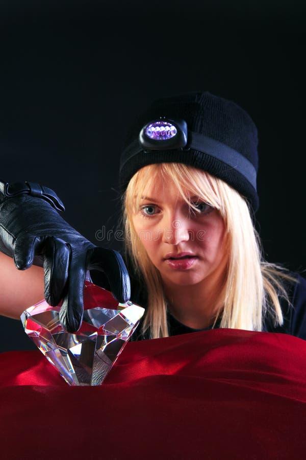 Cambrioleur de chat blond de femme volant un grand diamant images libres de droits