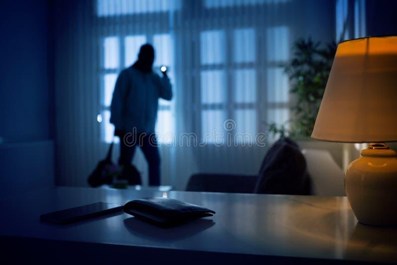 Cambrioleur ou intrus à l'intérieur d'une maison images stock