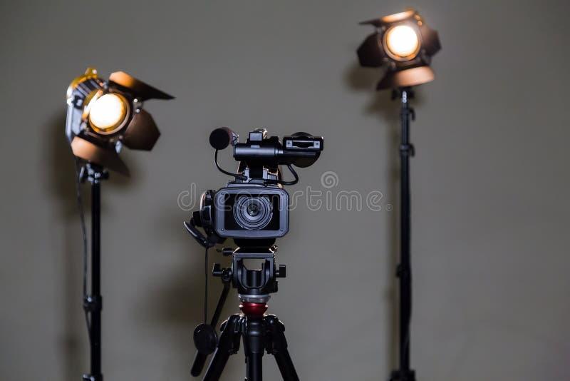 Camcorder και 2 επίκεντρα με τους φακούς Fresnel στο εσωτερικό Πυροβολισμός μιας συνέντευξης στοκ φωτογραφία με δικαίωμα ελεύθερης χρήσης