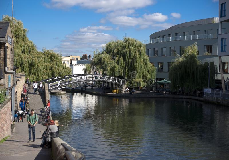 Camden, Лондон, Большой Лондон, Великобритания, сентябрь 2013, взгляд моста над каналом правителей на camden стоковое изображение