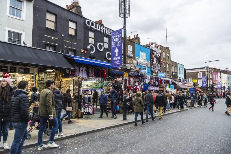 Camden High Street em Londres, Inglaterra, Reino Unido foto de stock