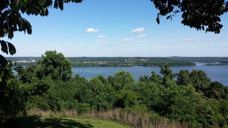 Camden Tennessee som förbiser Tennesseet River arkivfoto