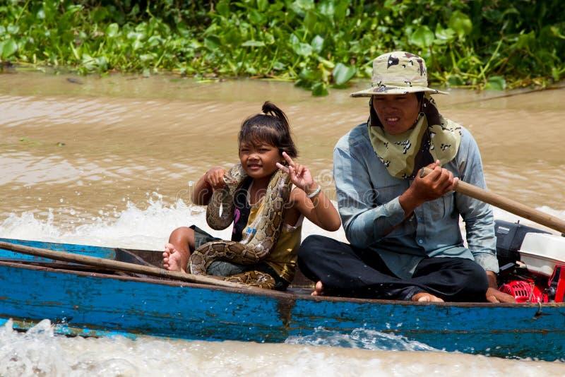 Camdodian pobre que visualiza con una serpiente foto de archivo libre de regalías
