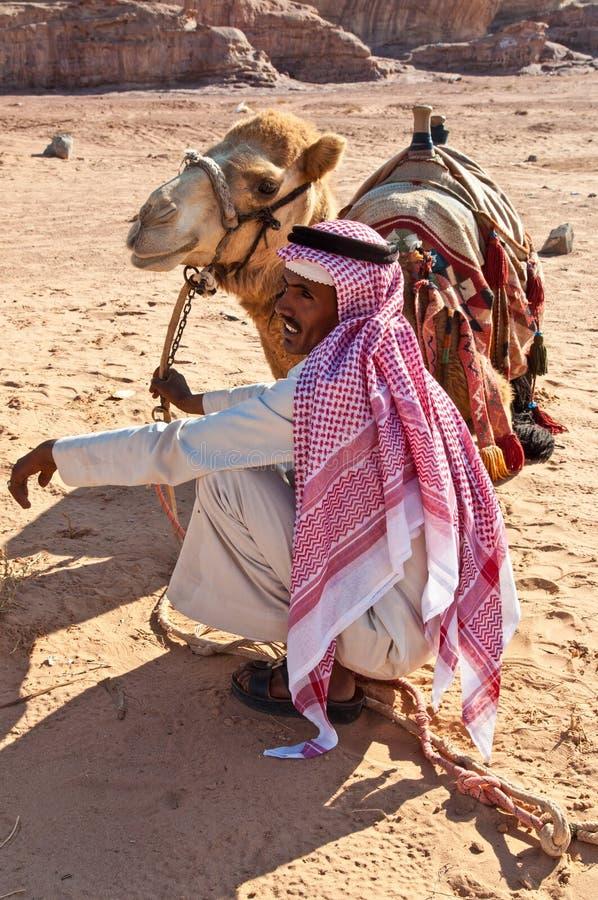 Camelo e beduíno no deserto fotografia de stock