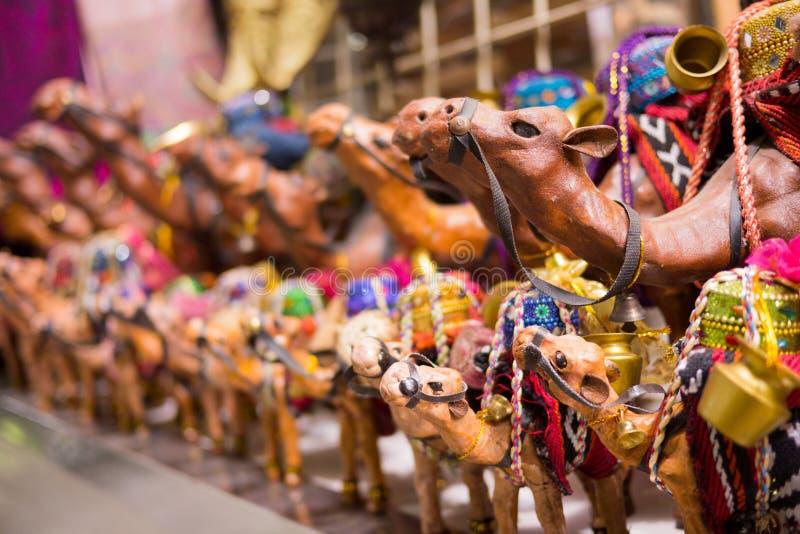 Camelos da lembrança vendidos no mercado de rua de Médio Oriente fotos de stock
