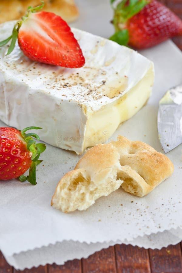 Camembert avec du pain et des fraises photographie stock libre de droits