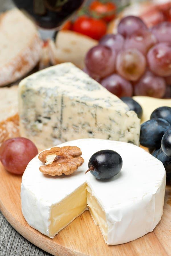 Camembert, błękitny ser, winogrona i orzechy włoscy, zdjęcie royalty free