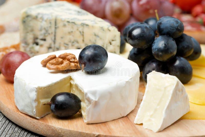 Camembert, błękitny ser, winogrona i orzechy włoscy, zakończenie, horyzontalny zdjęcie royalty free