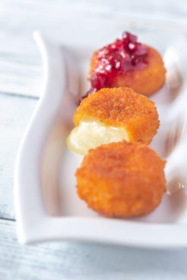 Camembert bryłki z cranberry kumberlandem obrazy royalty free