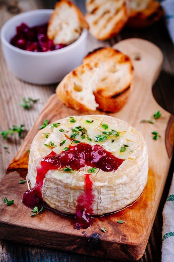Camembert cocido con la salsa y el tomillo de arándano fotografía de archivo