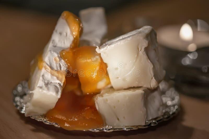 Camembert cremoso con miele su un fondo di legno rustico Colpo dettagliato del primo piano immagine stock