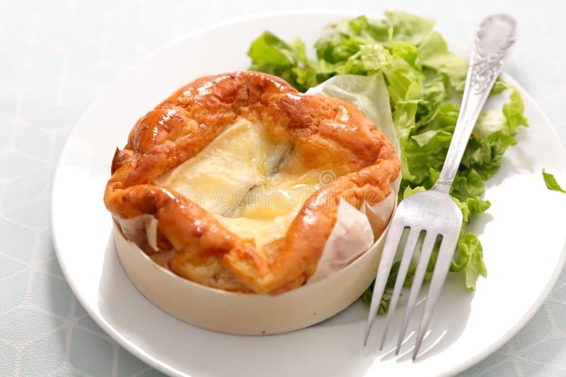 Camembert cuit au four avec de la laitue photos stock