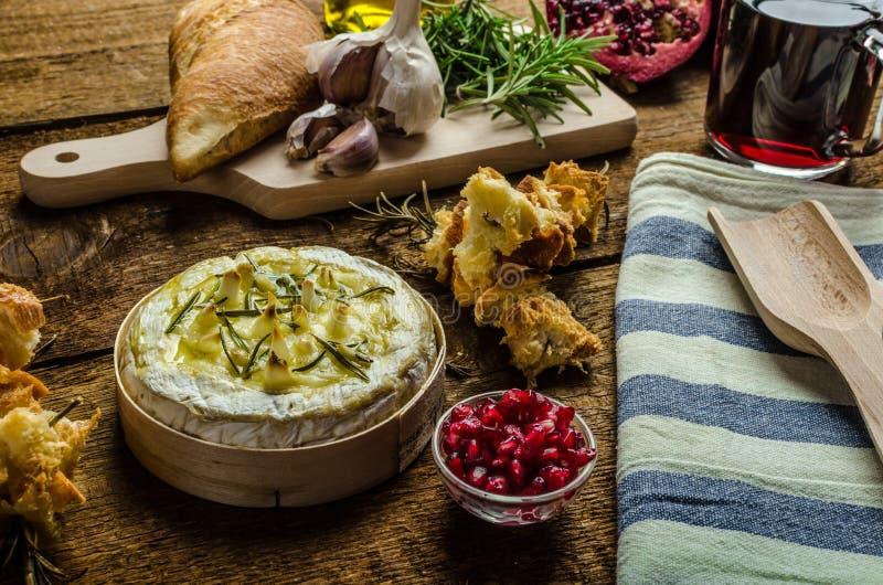 Camembert cuit au four avec l'ail et la Rosemary images stock