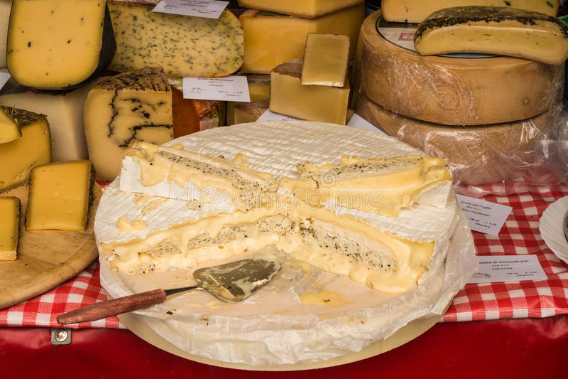 Camembert DE Normandie en andere soorten kaas voor verkoop ver royalty-vrije stock foto
