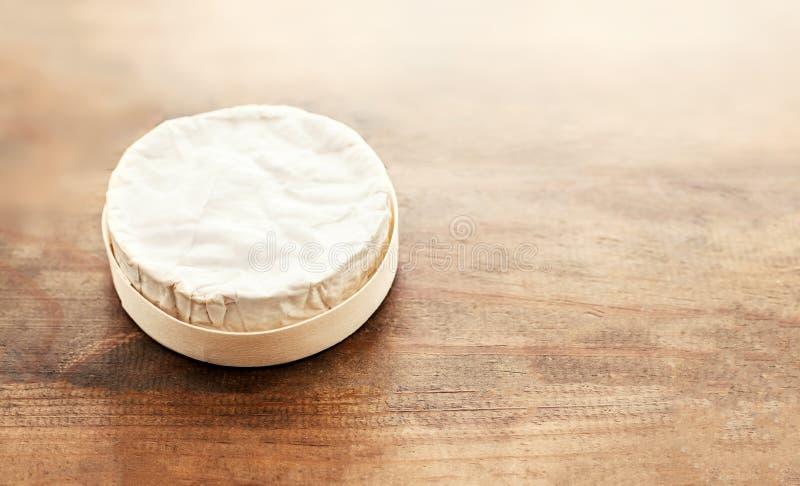 Camembert del queso en el escritorio de madera, visión superior Br cremoso suave del queso imagen de archivo