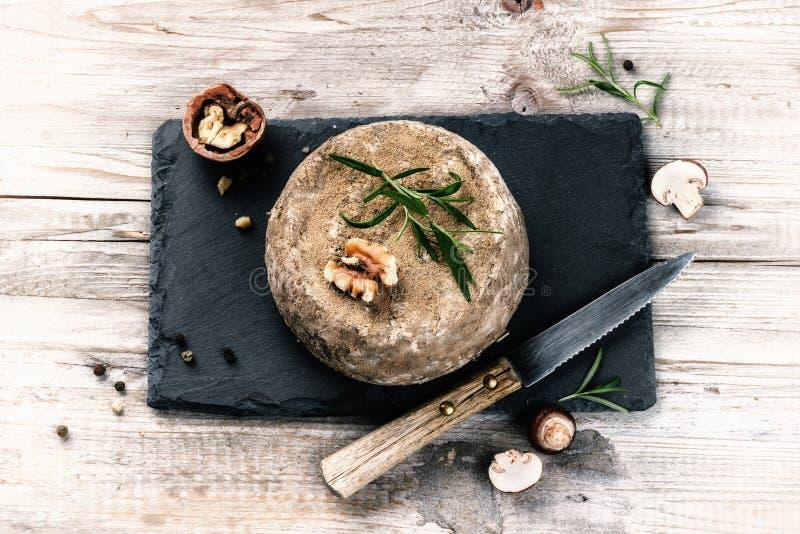 Camembert francés del queso en la placa de piedra Fondo del alimento fotos de archivo libres de regalías