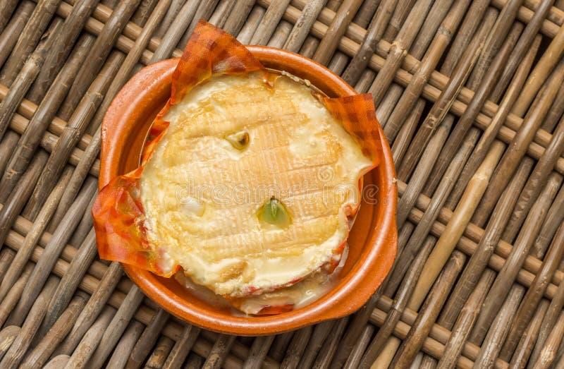 Camembert francês cozido com alho fotografia de stock royalty free