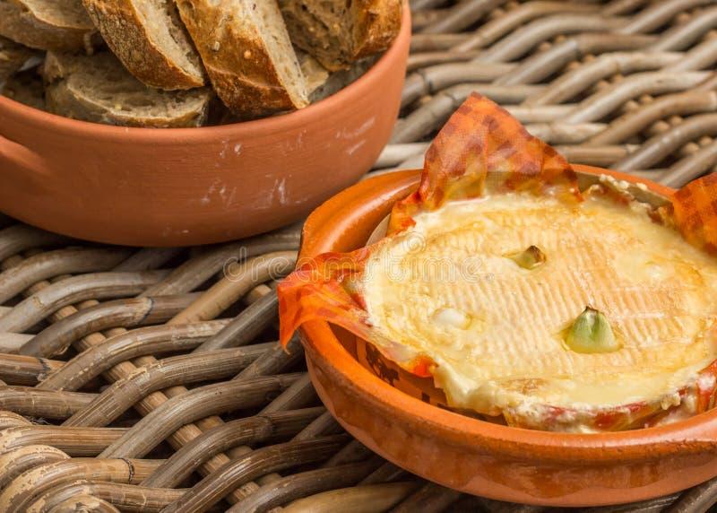 Camembert francês cozido com alho fotos de stock