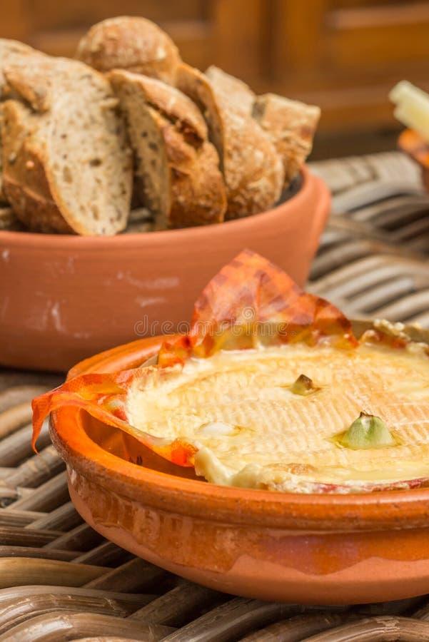 Camembert francês cozido com alho fotografia de stock