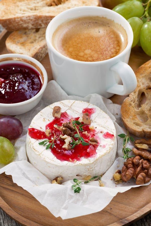 Camembert gastrónomo del desayuno con el atasco de la baya, tostada, café imagenes de archivo
