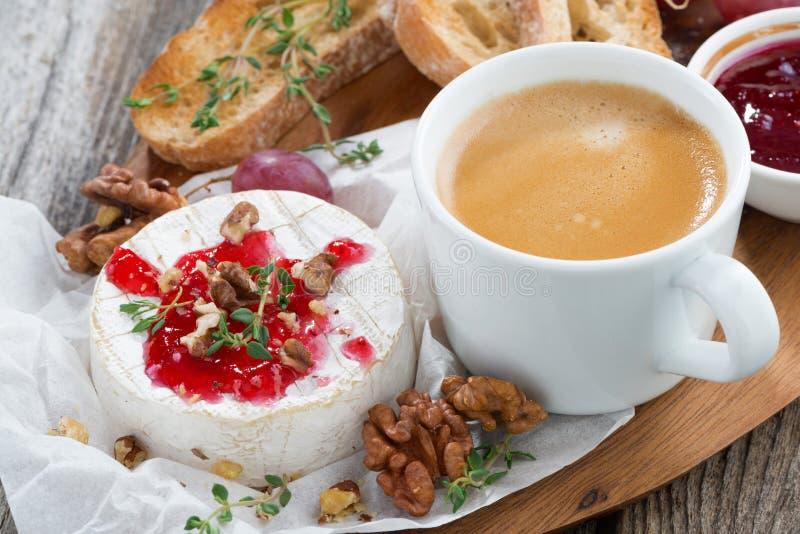 Camembert gastronomico della prima colazione con l'inceppamento della bacca, pane tostato, caffè immagine stock libera da diritti