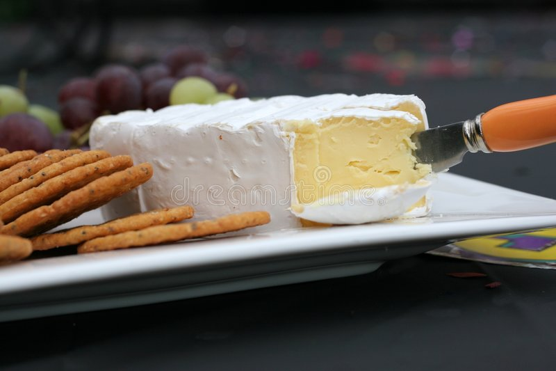 Camembert-Käse auf Mehrlagenplatte stockfoto