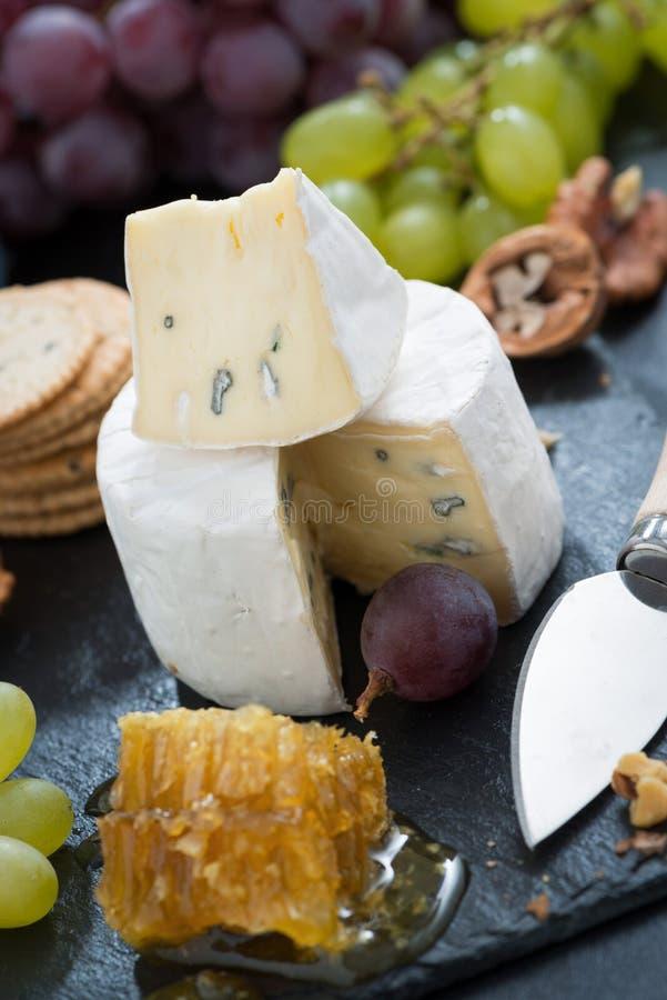 Camembert mit frischem Honig, Trauben und Nüssen, Nahaufnahme lizenzfreie stockfotos
