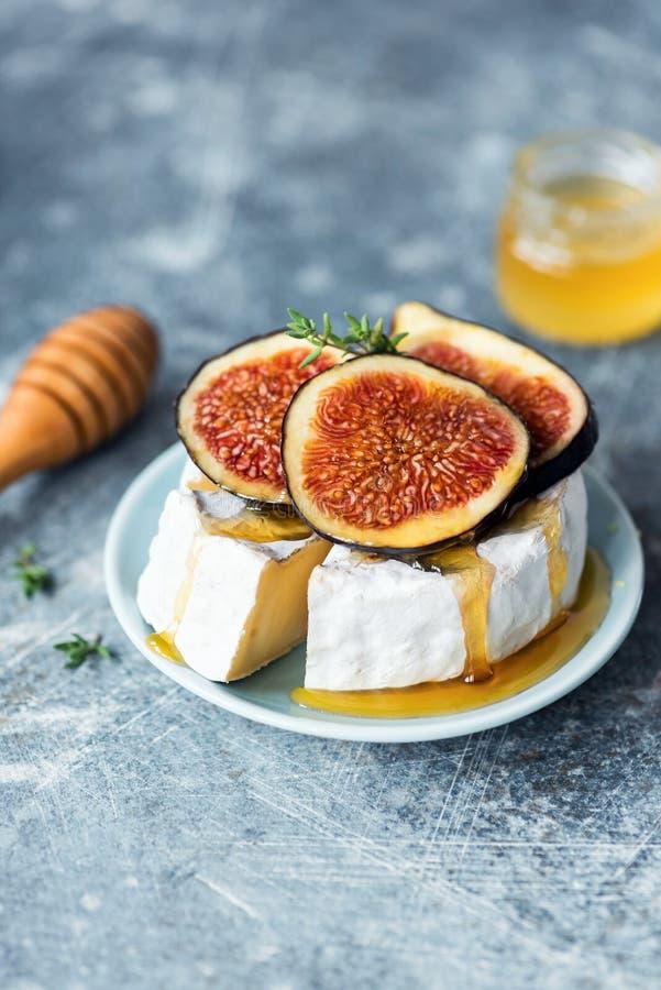Camembert oder Brie mit Feigen, Honig stockfoto