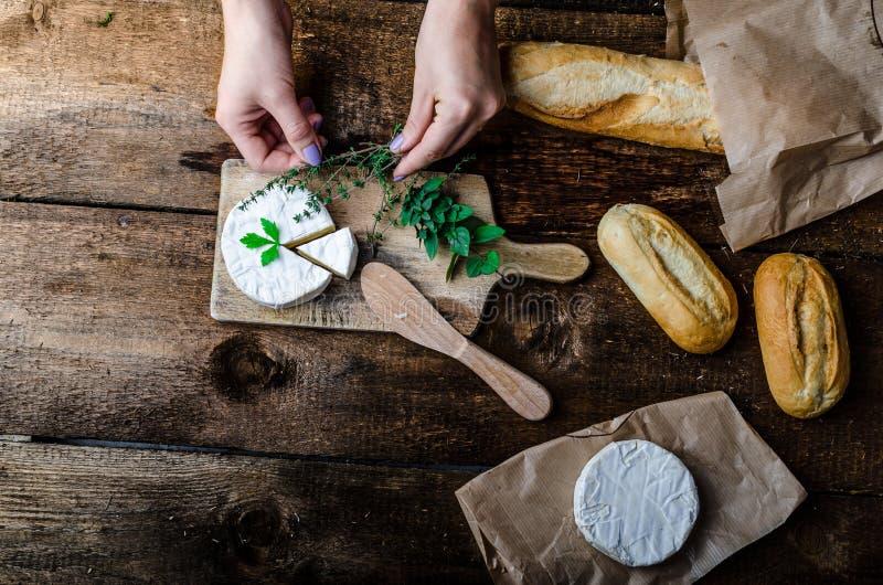 Camembert, queso suave con los pasteles hechos en casa imagenes de archivo