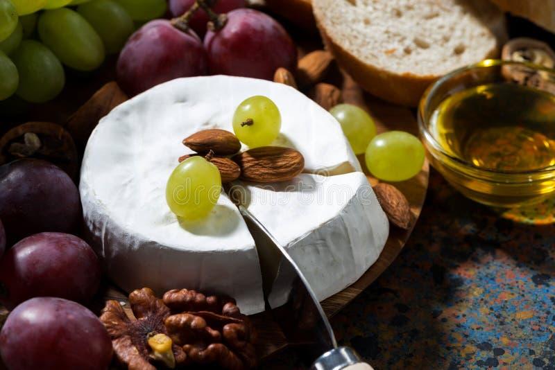 Camembert ser, świeża owoc i miód, zbliżenie zdjęcia stock