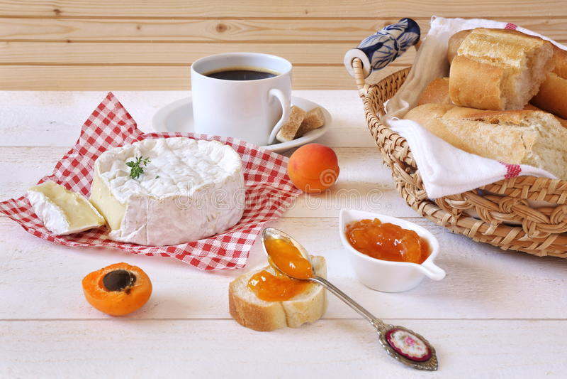Camembert ser, baguette, morelowy dżem i filiżanka kawy, fotografia royalty free