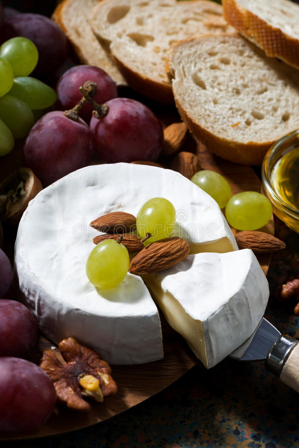 Camembert ser, owoc i miód na ciemnym tle, obraz stock