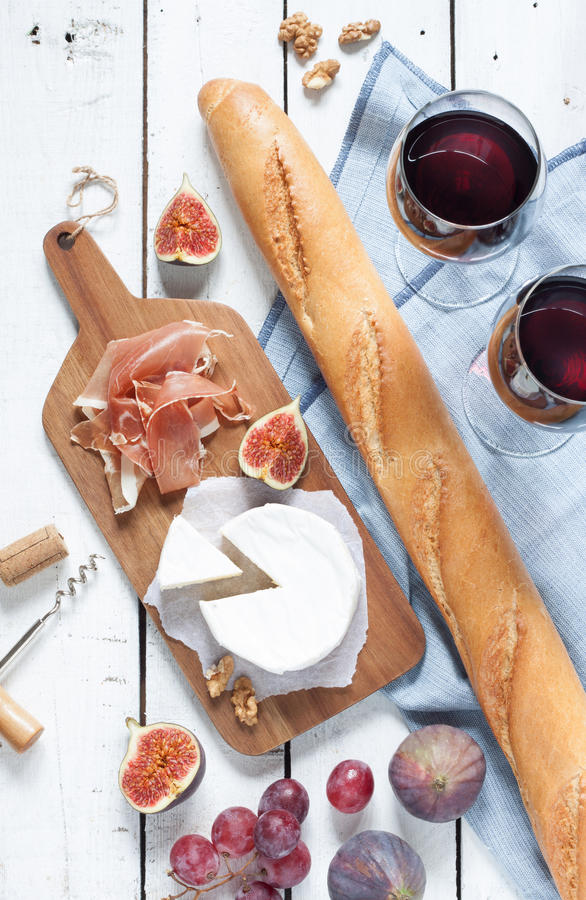 Camembert ser, prosciutto, baguette, wino, figi i winogrona, zdjęcie stock