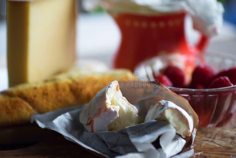 Camembert ser, puchar z malinką, chleb i miotacz, zdjęcie stock