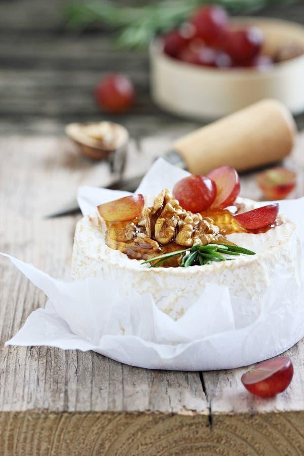 Camembert z orzechami włoskimi i miodem zdjęcia royalty free