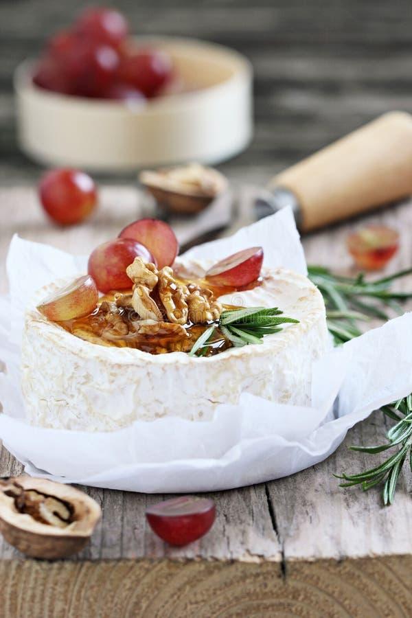 Camembert z orzechami włoskimi i miodem obraz royalty free