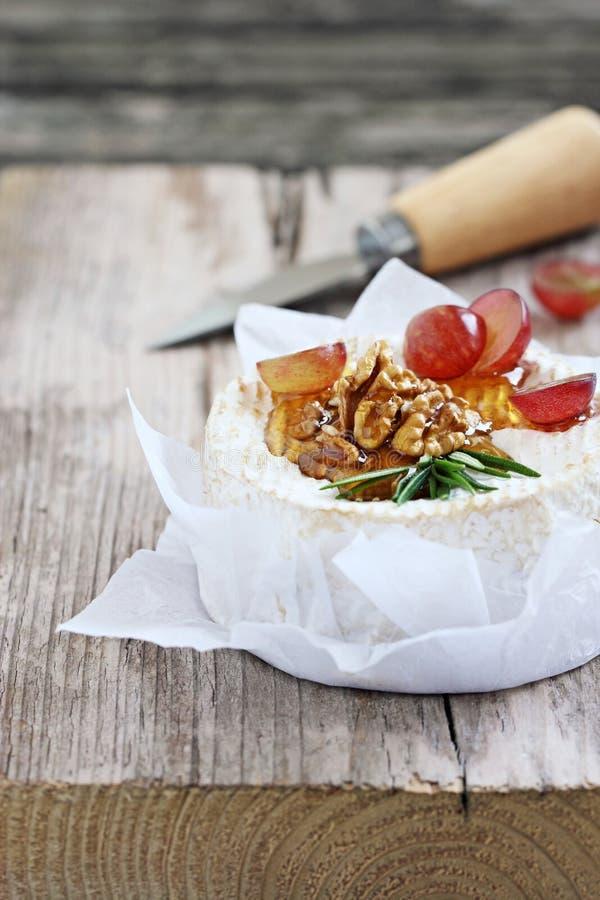 Camembert z orzechami włoskimi i miodem fotografia stock