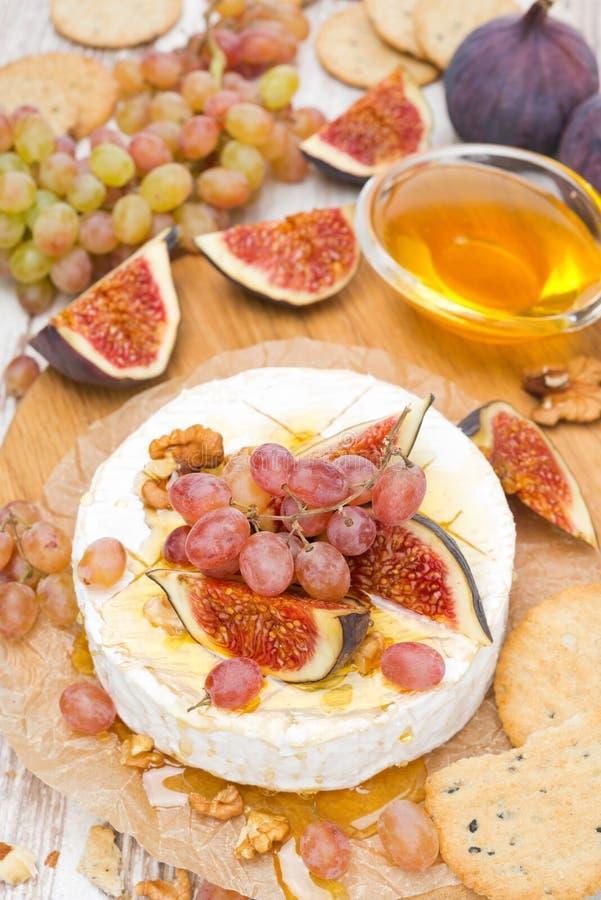 Camembert z winogronami, figi, miód, krakers, orzechy włoscy, odgórny widok fotografia royalty free