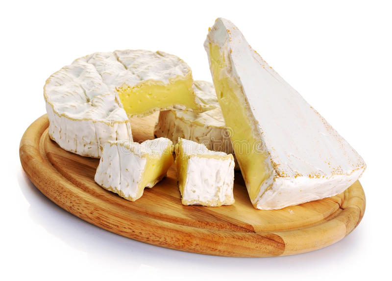 Camembertkäse und -briekäse auf hölzernem Brett stockbild