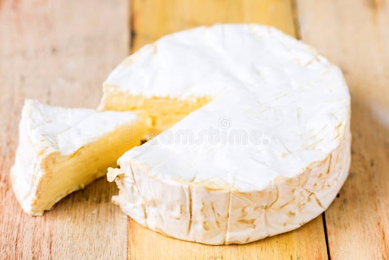 Camembertkaas met besnoeiingswig stock foto