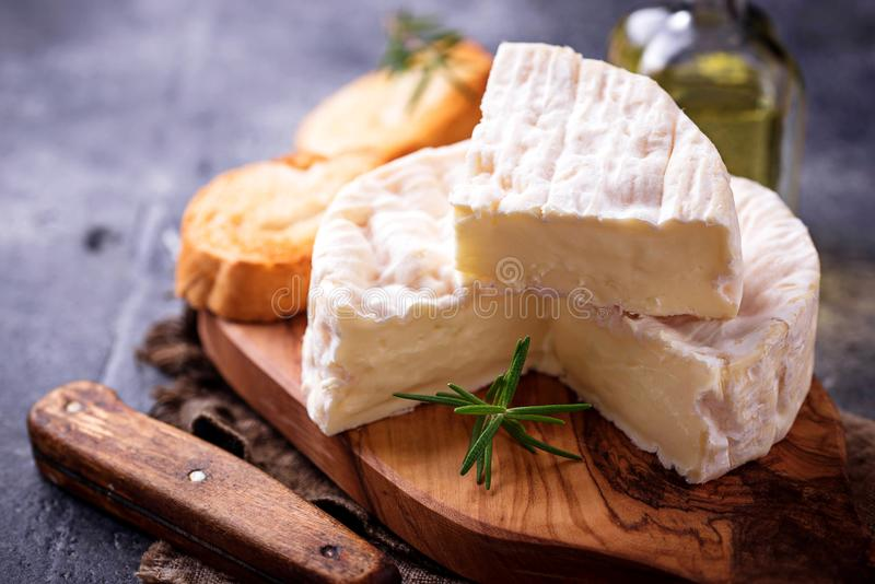 Download Camembertkaas Met Rozemarijn Op Houten Raad Stock Afbeelding - Afbeelding bestaande uit houten, baguette: 107701799
