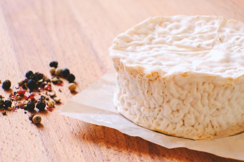 Camembertkaas met vorm De kaas is goed voor gezondheid en spijsvertering Het concept het gezonde eten royalty-vrije stock afbeeldingen