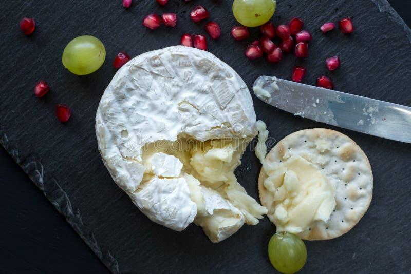 Camembertost kritiserar på ostbrädet - foto för bästa sikt arkivbild