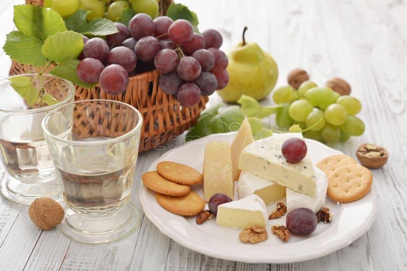 Camembertost och nya frukter fotografering för bildbyråer