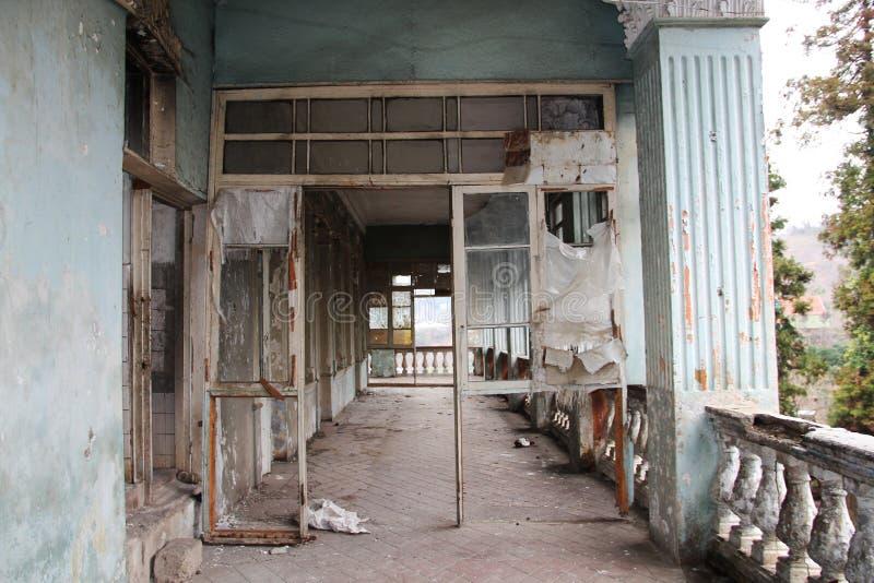 Camera abbandonata, vista del balcone fotografia stock